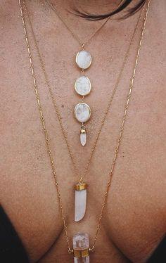 Colares dourados com cristais