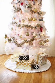 With this collection of 13 DIY Tree Skirt Pattern Ideas, you can easily find a free tree skirt pattern to spruce up your Christmas home decor.