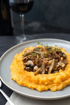 Bijgerecht: Pompoen-aardappelpuree met paddenstoelen - OhMyFoodness Table D Hote, Potato Recipes, Veggie Recipes, Real Food Recipes, Vegetarian Recipes, Go Veggie, Fruit And Veg, Dutch Recipes, Exotic Food