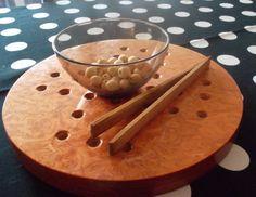 activité de préhension avec une pince en bois, des perles en bois de différentes tailles et un socle de solitaire