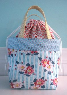 Tutorial for these ADORABLE bags, (they use 5 fat quarters, for you quilters) - dont know about you, but Im a bag lady - LOVE bags......
