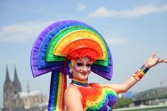 When 'gay carnival in summer' there were on Sunday in Cologne again many oblique outfits and costumes to see. Omnipresent this: the rainbow flag, symbol of the global lesbian and gay movement