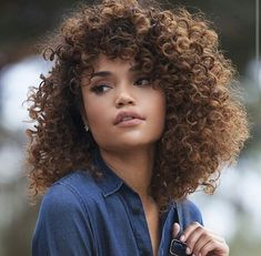 Curly Afro Hair, Curly Hair With Bangs, Colored Curly Hair, Curly Hair Cuts, Curly Hair Styles, Natural Hair Styles, Cheveux 3b, Mixed Hair, Pelo Natural