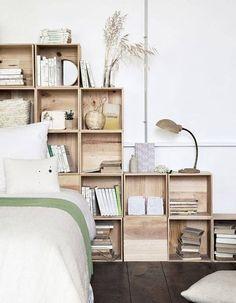 Des caisses en bois en guise de tête de lit, un rangement bien trouvé !