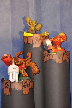 Gör ett roligt återvinningskärl av gamla chipsrör och pynta dem med plastfigurer som visar vad som ska ligga i vilket rör.     Bilden och idéen kommer från Paula Fykén.