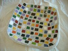Prato em cerâmica com pastilhas de mosaico