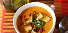 Supa rece de legume in stil spaniol in doar 15 minute. Gazpacho, Thai Red Curry, Soup, Chicken, Ethnic Recipes, Soups, Cubs