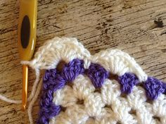Crochet Borders Lullaby Lodge: Crochet Tutorial - How to add a simple shell border to a granny square baby blanket. - Crochet tutorial - How to add a simple shell edging to a granny square baby blanket. Crochet Border Patterns, Crochet Boarders, Granny Square Crochet Pattern, Crochet Squares, Crochet Granny, Crochet Baby, Crochet Blocks, Stitch Patterns, Granny Stripe Blanket