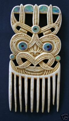 Pataromu Tamatea, one of the greatest Maori carvers, created this Heru comb.