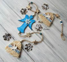 Girlanda+modrý+anděl+Vánoční+girlanda+pro+radost.+Dřevěný+anděl+je+natřen+akryl.+barvou.+Dozdoben+patinou,+malou+dřevěnou+vločkou,+akryl.+kamínkem.+velikost:9.4x5x2cm+Zvonky+jsou+vytvořené+z+přírodního+provázku.+Dozdobené+krajkou+a+malým+dřevěným+andílkem.+velikost:6x4.5x7cm+Vyberte+si+svůj+dárek+v+podobě+šiškové+ozdoby.+Výběr+mi+napište+do+zprávy.