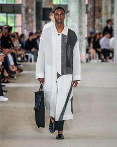 The complete Jil Sander Spring 2020 Menswear fashion show now on Vogue Runway. Hi Fashion, Fashion 2020, Mens Fashion, Fashion Design, Fashion Menswear, Fashion Outfits, Jil Sander, Vogue Paris, Fashion Videos