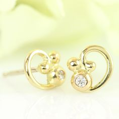 Galleri Castens - Elegant stud earring of gold w diamond & curl