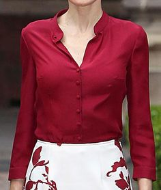 Queen Letizia wearing a Felipe Varela burgundy silk blouse debuted Jun 2015 during her trip to Mexico. Style Icons Inspiration, Middle Aged Women, Princess Style, Queen Letizia, Office Outfits, Ladies Fashion, Womens Fashion, Burgundy, Mexico