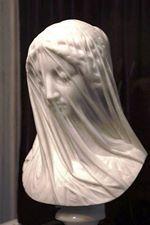 """Yukarıdaki """"Tüllü Bakire"""" adlı heykelde, şeffaflık etkisi çok net olarak yansıtılmıştır. 19 ncu yüzyılda yaşayan İtalyan sanatçı Giovanni Strazza'nın bu eseri fevkalade etkilidir."""