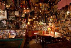 Café 't Mandje aan de Zeedijk was één van de eerste cafés waar homoseksuele mannen en lesbische vrouwen hun geaardheid niet hoefden te verbergen. Vanaf 1999 is een replica van het café opgenomen in de museumcollectie. Foto: http://hart.amsterdammuseum.nl/26643/nl/caf%C3%A9-t-mandje