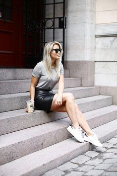 Tennisschuhe Lederrock graues T-Shirt Baskets Plates, New Outfits, Casual Outfits, Fashion Outfits, Boots Talon, Black Leather Skirts, Grey Leather, Leather Skirt Outfits, Leather Shoes