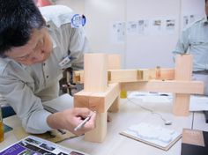 構造長押のモデルの小口に、今日一般化した意匠長押の断面形状を示す(写真:勝田尚哉)
