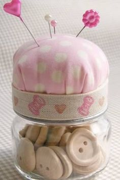 11 Baby Food Jar Crafts - LOVE this idea! Could be done with any type of jar a space for sewing supplies and the top for a pin cushion! Baby Jars, Baby Food Jars, Food Baby, Baby Food Jar Crafts, Mason Jar Crafts, Mason Jars, Craft Projects, Sewing Projects, School Projects