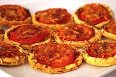 Tartelettes tomates-moutarde à l'ancienne Old-fashioned mustard tomato tartlets Simple aperitif Old-fashioned mustard tomato tarts Brunch Recipes, Appetizer Recipes, Vegan Recipes, Appetizers, Cooking Recipes, Tapas, Fingers Food, Food Porn, Sandwiches