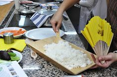 Por cada taza de arroz-2 cucharadas de vinagre para sushi.