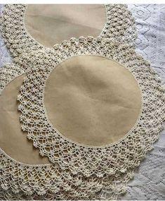 Crochet ideas that you'll love Col Crochet, Crochet Lace Edging, Crochet Fabric, Crochet Borders, Crochet Round, Hand Crochet, Crochet Stitches, Crochet Placemats, Crochet Table Runner