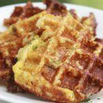 Kaaswafels gemaakt van ei, bloemkool, geraspte kaas en kruiden.