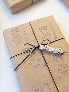 Fun and festive gift wrapping ideas Creative Gift Wrapping, Present Wrapping, Gift Wrapping Paper, Christmas Gift Wrapping, Creative Gifts, Christmas Diy, Birthday Wrapping Ideas, Elegant Christmas, Homemade Christmas