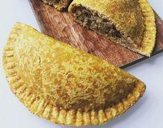 La masa de estas empanadas es liviana y deliciosa. No contiene azúcar, aceite o harina de trigo. El secreto de esta masa de empanadas está en la combinación super-nutritiva de la avena y calabaza. Con opción vegana incluída, los