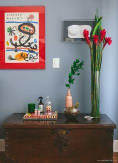 14-decoracao-parede-cinza-bau-quadros
