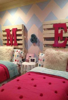 quarto pequeno para duas meninas com duas camas Girls Headboard, Girls Bedroom, Bedroom Decor, Kids Headboards, Twin Girl Bedrooms, Bedroom Furniture, Bedroom Colors, Pallet Headboards, Queen Headboard