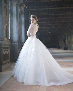 Para inspirar as NOIVAS ROMÂNTICAS, mais um vestido da Coleção 2017 da Cymbeline!👸👸👸E quem é de Minas Gerais encontra os modelos da marca na @poizoncymbelinenoivas, revendedora exclusiva no estado! #CZBeloHorizonte #vestidodenoiva #weddingdress #bride #noiva #casamento