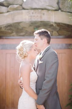 Karma Winery | Chelan, WA | Clane Gessel Photography | #weddings #photography #kissing