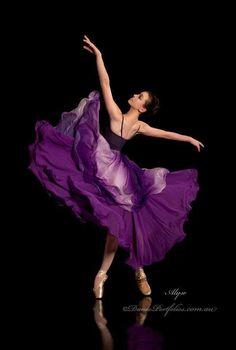 В реальной жизни я не балерина. Я никогда не стояла на пуантах, но я очень люблю танцевать и люблю балет. И хотя в своём воображении я виртуозная балерина, ... при этом, я умею (!) различать мир фантазий и реальную жизнь. / Purple ballerina