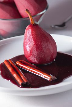 Pera ao Vinho - Receitas de Mãe Low Carb Recipes, Cooking Recipes, Caramel Pears, Fruit Paradise, Good Food, Yummy Food, Portuguese Recipes, Food Preparation, Sweet Recipes