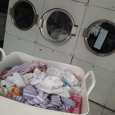 DICA PRA MAMÃE MODERNA!! Quinta feira chuvosa e o cesto de roupa suja da Luma não parava de crescer. Lavar roupa com chuva é péssimo, não seca, fica com cheiro ruim. Eu tinha que lavar porque Luma usa 4 peças de roupa por dia. Essa semana foram 30 bodys, 2 toalhas, 2 lençóis de elástico,…