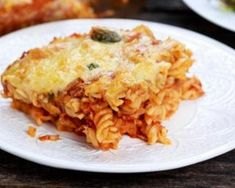 Gratin de restes de pâtes à la mozzarella et à la sauce tomate : http://www.fourchette-et-bikini.fr/recettes/recettes-minceur/gratin-de-restes-de-pates-la-mozzarella-et-la-sauce-tomate.html