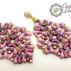 My Arabesque earrings created with #arcosparpuca #minosparpuca #zoliduo #seedbeads. #tutorial in my #etsyshop #giulianaverdellijewelrydesignandcreations #handmadejewelry #beadweavingearrings #beadwork #beads #beadweavingtechnique #beadweavingfun #giulianaverdelliyewelry