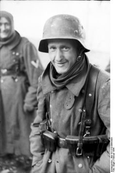 Porträt eines deutschen Soldaten mit Stahlhelm
