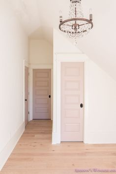 Muted pink interior closet door via Addison's Wonderland 59 Lovely Home Interior Ideas To Rock This Season – Muted pink interior closet door via Addison's Wonderland Source Interior Closet Doors, Bedroom Doors, Interior Door Colors, Painted Interior Doors, Painted Doors, Plafond Rose, Interior Pastel, Painted Closet, Modern Room