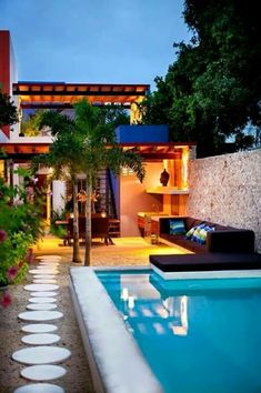 Nowadays, it is increasingly common to see swimming pools in unique homes , even in large cities. We will talk about this in this article, share photos of swimming pools in small patios Inground Pool Designs, Swimming Pool Designs, Swimming Pools, Design Exterior, Patio Design, House Design, Moderne Pools, Diy Terrasse, Small Backyard Pools