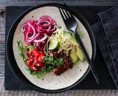PULLED BEEF-TACO MED PICO DE GALLO & SYLTET LØK Cilantro Lime Shrimp, Shrimp Tacos, Pulled Beef, Tex Mex, Enchiladas, Cheddar, Guacamole, Onion, Recipies