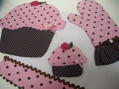 Kit de Cozinha composto de três peças : * Luva térmica de cozinha * Descanso de panela de cupcake * Pano de prato de cucpake Confeccionado com tecido 100% algodão R$55,00
