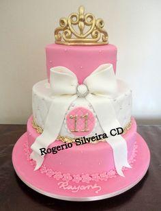 Bolo Princesas Rosa Coroa                                                                                                                                                      Mais Pretty Cakes, Cute Cakes, Bolo Da Hello Kitty, Prince Cake, Princess Cake Toppers, Crown Cake, Bolo Cake, Sweet 16 Cakes, Engagement Cakes