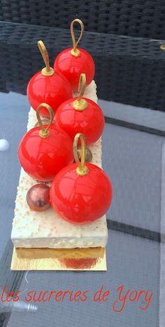 """Bûche """"Boules de Noël"""" à la poire et l'amande Rum Fruit Cake, Fresh Fruit Cake, Fruit Birthday Cake, Fruit Wedding Cake, Xmas Food, Christmas Cooking, Christmas Desserts, Fun Desserts, Trifle Desserts"""