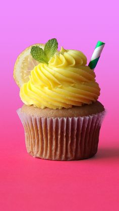 Iced Tea Lemonade Cupcakes - Arnold Palmer probably would have approved of these cupcakes. Köstliche Desserts, Delicious Desserts, Dessert Recipes, Yummy Food, Iced Tea Lemonade, Yummy Cupcakes, Pastel Cupcakes, Arnold Palmer, Cupcake Cakes
