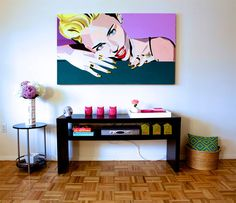 Conheça a tendência de decoração pop art onde a base da decoração são móveis com cores mais neutras e objetos bem coloridos.