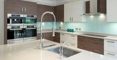 Az edzett üvegből készült konyhai hátfalpanel biztonságos, könnyű tisztítani és modern környezetekbe is nagyon jól beilleszthető!