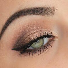 couleur d'yeux fantastique, eyeliner noir, fard à paupière bronze perlé