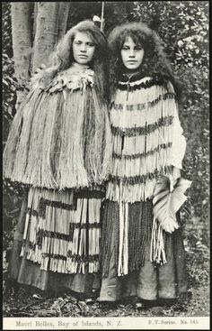 Maori belles, Bay of Islands, N. series no 545 Shows two young Maori women standing side by side, wearing flax cloaks and long skirts. Maori People, Tribal People, Tribal Costume, Folk Costume, Long White Cloud, Maori Designs, Bay Of Islands, Maori Art, Kiwiana