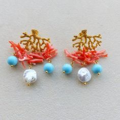 Orecchini tono oro con corallo rosa perle turchese